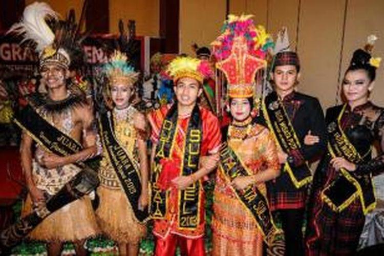 Kontestan tampil pada malam grand opening Pemilihan Duta Wisata Indonesia Ke-8 di Hotel Hermes Palace, Banda Aceh, Selasa (12/11/2013) malam. Ajang yang diikuti kontestan dari 18 provinsi di Indonesia ini berlangsung hingga 18 November 2013.