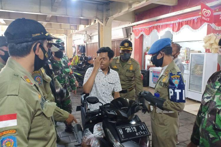 Seorang pelanggar protokol kesehatan terjaring razia yang dilakukan Satpol PP Kabupaten Semarang.