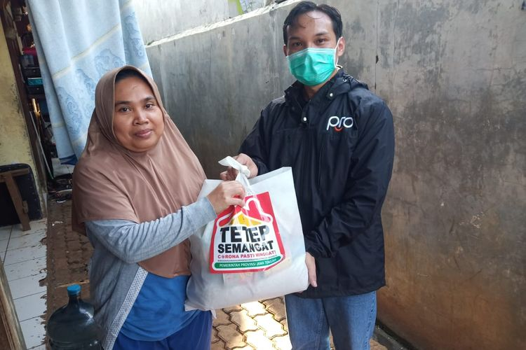 Perwakilan warga yang menerima bantuan sembako dari Gubernur Jateng, Ganjar Pranowo, Sabtu, (16/05/2020).