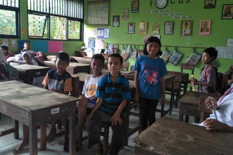 Sejumlah siswa SDN Kramat Jati 19 Pagi tak pakai seragam sekolah, Kamis (9/1/2020).