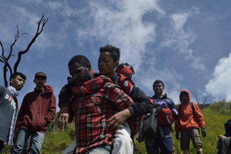Lambo, Pendaki Papua dari Widya Mataram Pecinta Alam (Wimapala), Yogyakarta yang menggendong seorang pendaki yang terjatuh di Bawah Puncak Gunung Slamet, Jawa Tengah, Jumat (30/6/2017)