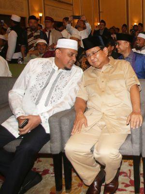 Ketua Gerakan Nasional Pengawal Fatwa Ulama (GNPF-U) Yusuf Martak (kiri) bersama Ketua Umum Partai Gerindra Prabowo Subianto (kedua kiri), Ketua Umum Partai Amanat Nasional Zulkifli Hasan (kedua kanan), dan Ketua Majelis Syuro PKS Salim Segaf Al Jufri (kanan) berbincang saat menghadiri acara Ijtima Ulama dan Tokoh Nasional di Jakarta, Jumat (27/7/2018). Ijtima Ulama yang digelar oleh Gerakan Nasional Pengawal Fatwa Ulama (GNPF-U) ini bertujuan untuk menentukan calon presiden dan wakil presiden pada Pilpres 2019.