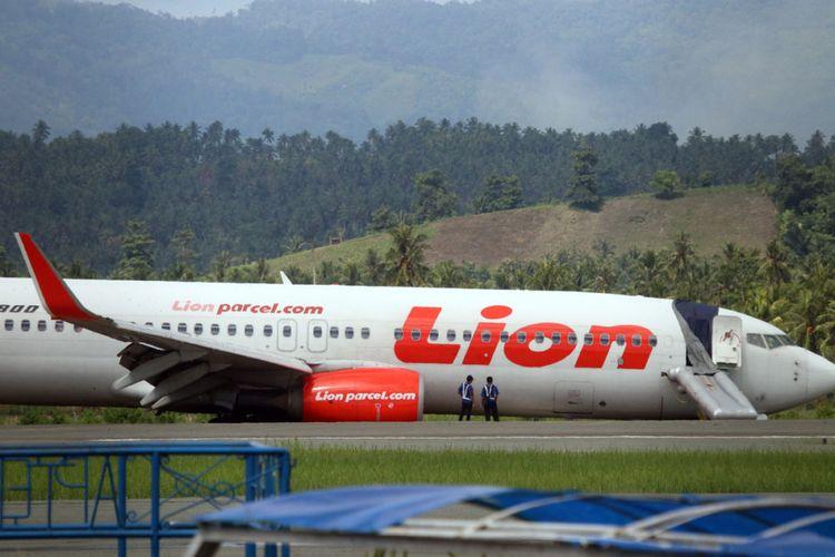 Kondisi badan pesawat Lion Air yang tergelincir masih berada di atas landas pacu Bandara Jalaluddin Tantu Gorontalo.