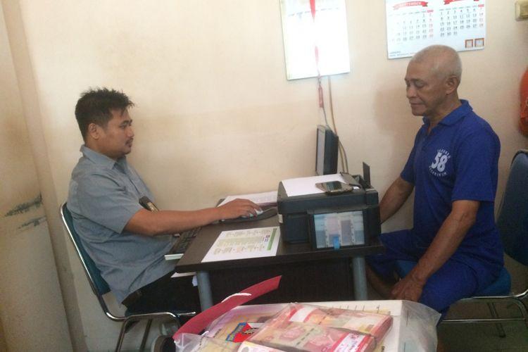 Subari (54) Kades Wangandowo, Kajen, Pekalongan, Jawa Tengah saat dimintai keterangan oleh penyidik Polres Pekalongan.