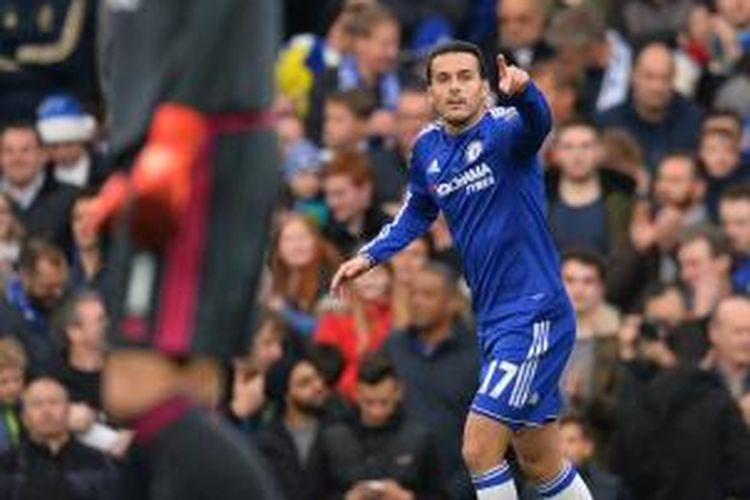 Penyerang Chelsea asal Spanyol, Pedro (kanan), melakukan selebrasi setelah mencetak gol ke gawang Sunderland pada lanjutan Premier League di Stamford Bridge, London, Sabtu (19/12/2015).
