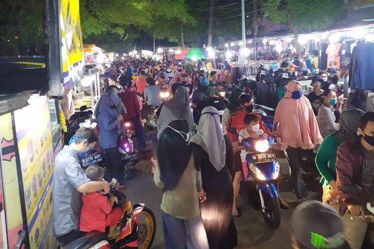 Foto yang diunggah akun Instagram @jakarta.terkini pada Rabu (20/5/2020) itu tertulis keterangan bahwa pasar kaget itu terletak di kawasan Perkampungan Industri Kecil (PIK) Pulogadung, Kelurahan Penggilingan, Cakung, Jakarta Timur.