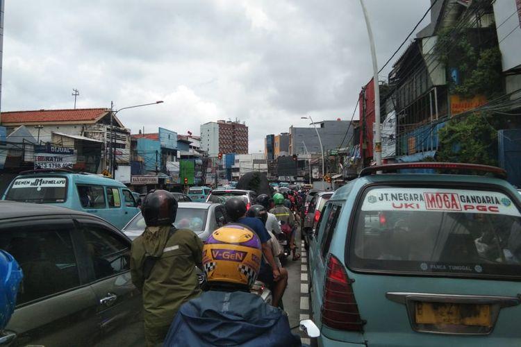 Kemacetan di Jl Jatinegara Raya karena satu ruas dialihkan buat menguras air banjir, Sabtu (20/2/2021).