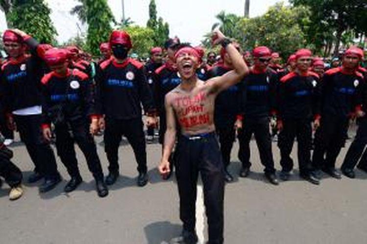 Aksi unjuk rasa para buruh di Kabupaten Bogor menuntut kenaikan Upah Minimum Kabupaten (UMK) sebesar 30 persen atau menjadi Rp 3.750.000. K97-14