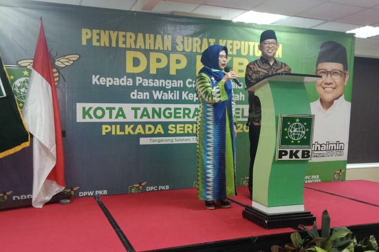 Bakal pasangan calon wali kota Tangerang Selatan Siti Nur Azizah Maruf (Kiri) dan bakal calon wakilnya Ruhamaben (kanan) saat acara penyerahan surat rekomendasi dukungan Partai Kebangkitan Bangsa (PKB), Selasa (1/9/2020)