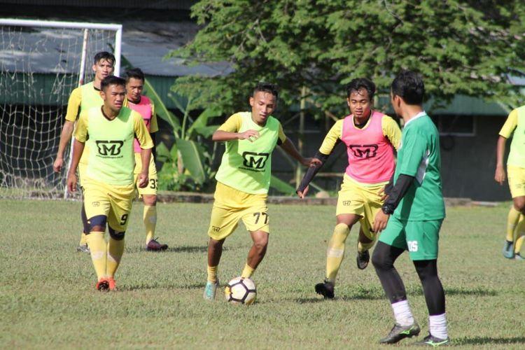 Tim Semen Padang berlatih mempersiapkan diri menghadspi pertandingan melawan Persik Kendal
