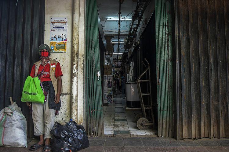 Foto dirilis Kamis (28/4/2020), menunjukkan seorang laki-laki mengenakan masker dan berdiri di depan toko yang tutup akibat merebaknya wabah COVID-19 di Pasar Minggu, Jakarta. Imbas wabah Covid-19, gejolak pada aspek kesehatan turut merembet ke sektor ekonomi dengan sebagian besar aktivitas ekonomi di Tanah Air terhenti.