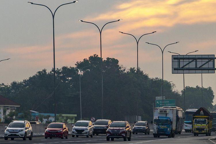 Sejumlah kendaraan melaju di tol Jakarta - Cikampek menuju Gerbang Tol Cikampek Utama di Karawang, Jawa Barat, Kamis (23/4/2020). Direktorat Lalu Lintas Polda Metro Jaya mencatat kenaikan volume arus kendaraan keluar dari Jakarta melalui Pintu Tol Cikampek Utama sebanyak 7.044 kendaraan atau 27 persen jelang pemberlakuan kebijakan larangan mudik mulai Jumat 24 April pukul 00.01 WIB.