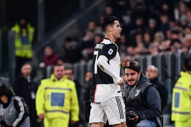 Cristiano Ronaldo langsung ke ruang ganti pemain seusai ditarik keluar oleh pelatih Maurizio Sarri pada laga Juventus vs AC Milan di Stadion Allianz, Turin, dalam lanjutan Liga Italia, 10 November 2019.