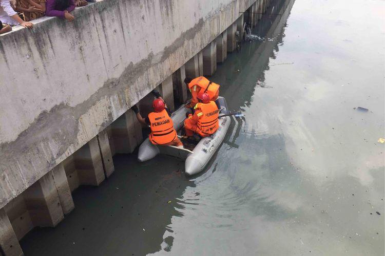Sejumlah petugas dari Suku Dinas Penanggulangan Kebakaran dan Penyelamatan Jakarta Barat  menyisir Kali Grogol yang berada di Jalan Jelambar, Jakarta Barat. Hal itu dilakukan menyusul informasi dari masyarakat bahwa ada sejumlah buaya yang terlihat di kali tersebut, Rabu (27/6/2018).