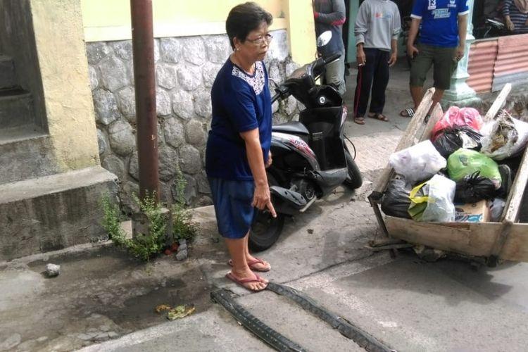 Warga menunjuk lokasi penemuan jasad bayi laki dalam tas kresek warna hitam di jalan Agung Selatan, Kelurahan Mojosongo, Kecamatan Jebres, Solo, Selasa (4/12/2018) pagi.