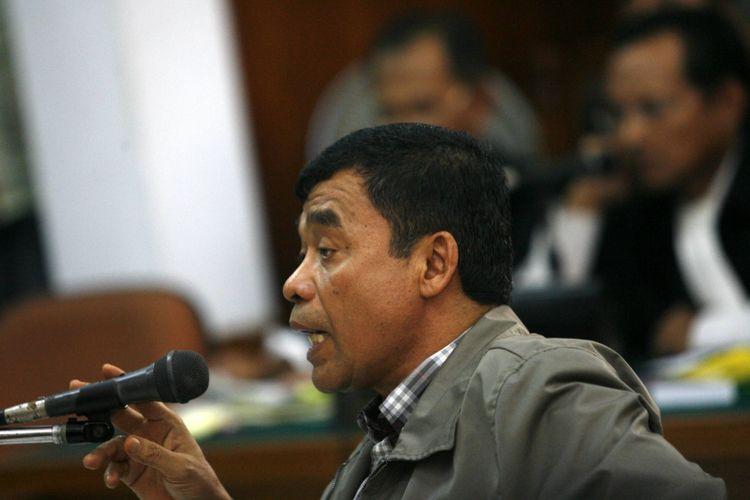 Terdakwa mantan Deputi V Badan Intelijen Negara Muchdi Purwopranjono menjawab pertanyaan jaksa penuntut umum dalam sidang perkara pembunuhan berencana terhadap aktivis hak asasi manusia, Munir, di Pengadilan Negeri Jakarta Selatan, Selasa (18/11/2006).