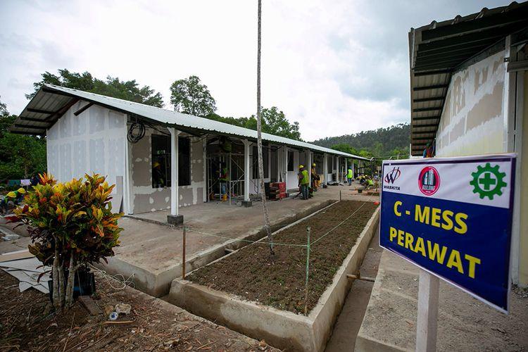 Pekerja memperbaiki bangunan bekas rumas sakit pengungsi Vietnam di kawasan bekas Camp Vietnam di Pulau Galang, Batam, Kepulauan Riau, Jumat (20/3/2020). Progres pembangunan Rumah Sakit Khusus Corona (COVID-19) secara keseluruhan telah mencapai 40 persen dan ditargetkan selesai dan siap untuk digunakan pada akhir bulan Maret 2020.