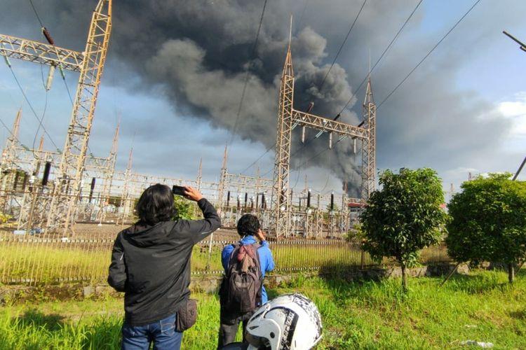 Kepulan asap hitam di area kilang Pertamina RU IV Cilacap, Jawa Tengah, Sabtu (12/6/2021).
