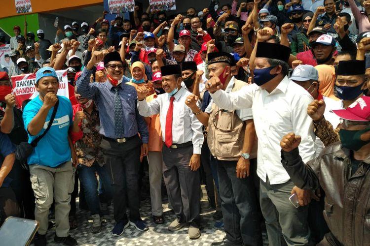 Suhandoyo-Suudin bersama para pendukung, usai mendaftar ke KPU Lamongan, Jumat (4/9/2020).
