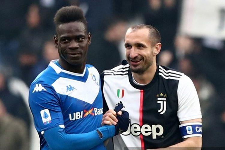 Mario Balotelli (kiri) dan Giorgio Chiellini (kanan) dalam laga Juventus vs Brescia pada Serie A/Liga Italia 2019-2020.