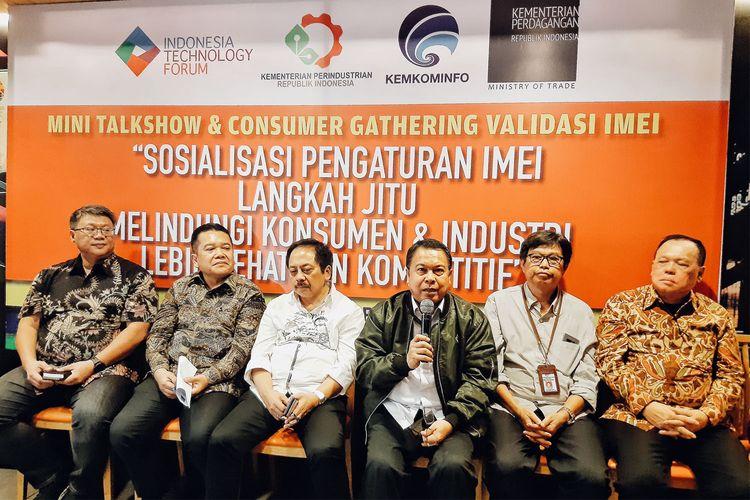 Direktur Pengawasan Barang dan Jasa Kementerian Perdagangan, Ojak Manurung (kedua dari kiri) dalam konferensi pers Sosialisasi Aturan IMEI Sebagai Upaya Membangun Kesadaran Bersama Untuk Melindungi Konsumen & Industri Yang Lebih Sehat dan Kompetitif di Jakarta, Kamis (27/2/2020).