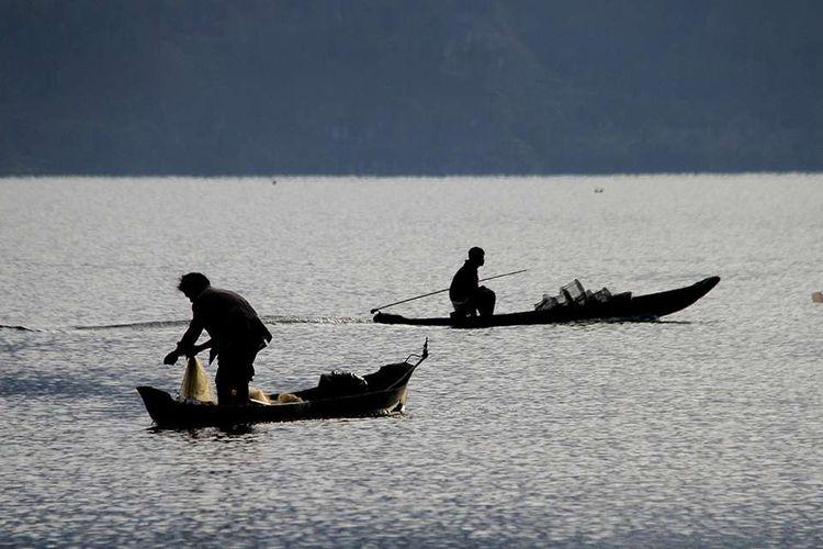 Warga Desa Toweren, Kecamatan Laut Tawar, Kabupaten Aceh Tengah, sedang mengangkat jaring Ikan depik hasil tangkapannya, Rabu (17/7/2019). Ikan depik merupakan jenis ikan endemik Danau Laut Tawar yang biasa dijual oleh nelayan setempat kepada penampung seharga Rp 90 ribu - Rp 100 ribu per bambu, serta memiliki nilai sejarah dan dipercaya memiliki khasiat yang dapat menyembuhkan sejumlah penyakit.