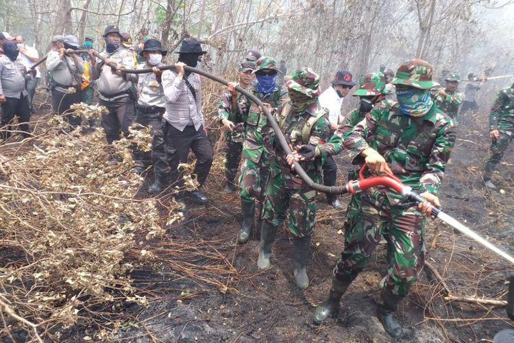 Tim Satgas Karhutla melakukan pemadaman api yang ada di dalam gambut di Kelurahan Terkul, Kecamatan Rupat, Kabupaten Bengkalis, Riau, Rabu (27/2/2019).
