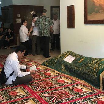 Suasana rumah duka mantan Menteri Pendidikan era Orde Baru Daoed Joesoef di Jalan Bangka VII, Jakarta Selatan, Rabu (24/1/2018).