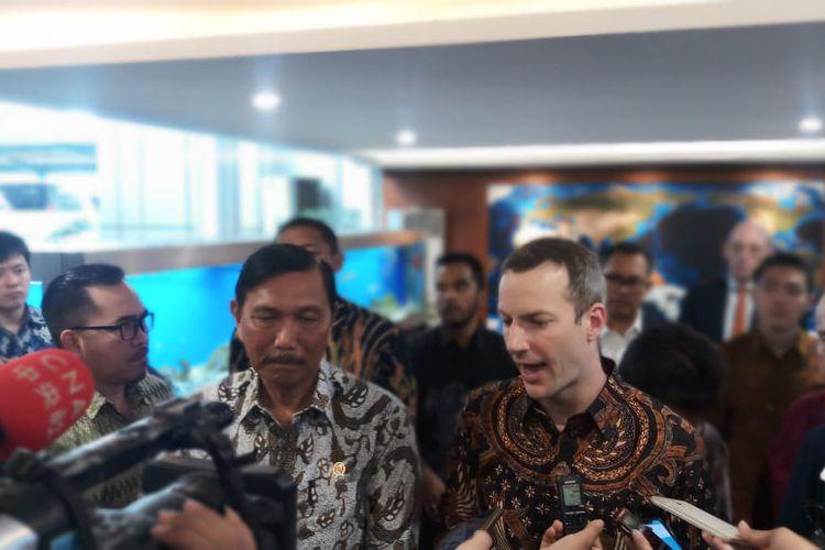 Menko Maritim dan Investasi, Luhut B Pandjaitan mendampingi CEO of DFC Adam Boehler di Kantor Kemenko Marves, Jakarta, Jumat (10/1/2020).