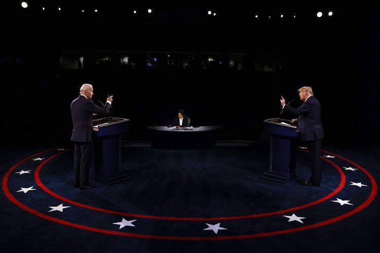 Presiden Amerika Serikat Donald Trump dan calon presiden Joe Biden berhadapan di final debat capres AS, yang digelar di Belmont University, Nashville, Tennessee, Kamis (22/10/2020). Debat ini dimoderatori oleh Kristen Welker dari NBC News.
