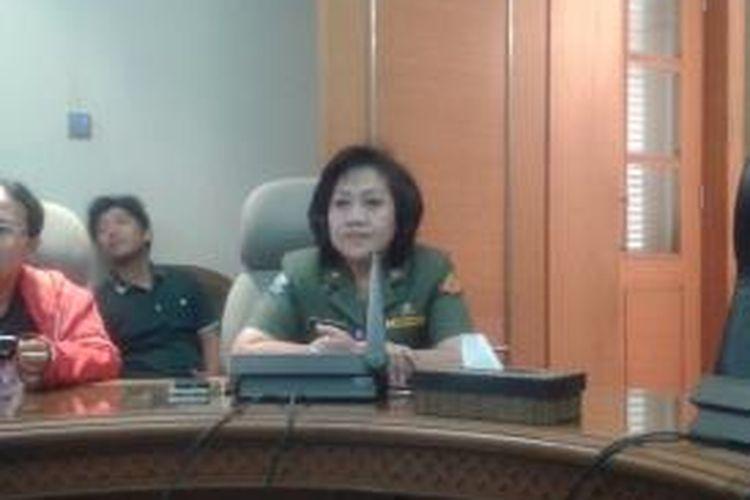 Kepala Dinas Perumahan DKI Jakarta Ika Lestari Aji memberikan penjelasan terkait relokasi warga Kampung Pulo, Senin (24/8/2015), di Balai Kota DKI Jakarta.