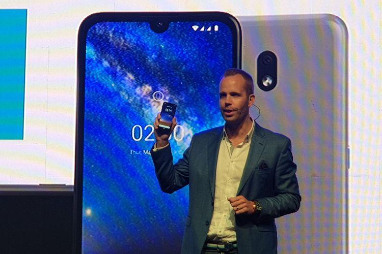 Juho Sarvikas, Chief Product Officer, HND Global memamerkan Nokia 2.2 dalam acara peluncuran di Jakarta, 27/6/20190.
