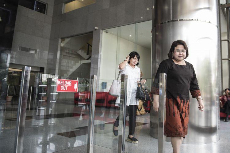 Pengacara Elza Syarief (kanan) berjalan keluar gedung KPK seusai menjalani pemeriksaan, Jakarta, Jumat (11/8/2017). Elza Syarief diperiksa sebagai saksi untuk tersangka Markus Nari terkait kasus penyidikan perkara perintangan proses persidangan, serta pemberian keterangan tidak benar dalam persidangan KTP-El dengan terdakwa Irman dan Sugiharto. ANTARA FOTO/M Agung Rajasa/foc/17.