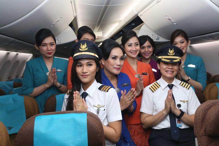 Para awak kabin Garuda Indonesia berpose usai melakukan penerbangan bertajuk Kartini Flight di Bandara Soekarno-Hatta, Jumat (21/4/2017). Garuda Indonesia menggelar Kartini Flight dalam rangka menyambut Hari Kartini. Seluruh petugas penerbangan dari pilot, pramugari hingga teknisi adalah perempuan.
