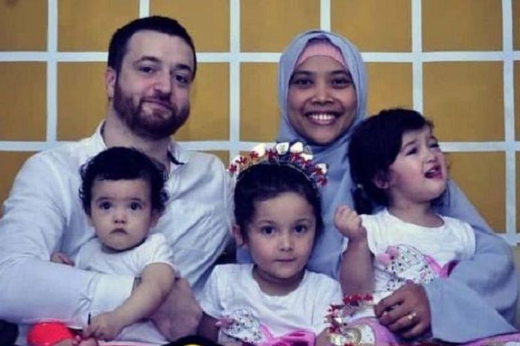 Perayaan lebaran Idul Fitri di Australia tahun ini bertepatan dengan adanya pembatasan sosial akibat COVID-19, sehingga Nila bersama suaminya Peter Lilly (Muaz) dan anak-anak mereka Zahra, Maryam, dan Khadijah Muaz hanya akan merayakannya di rumah.