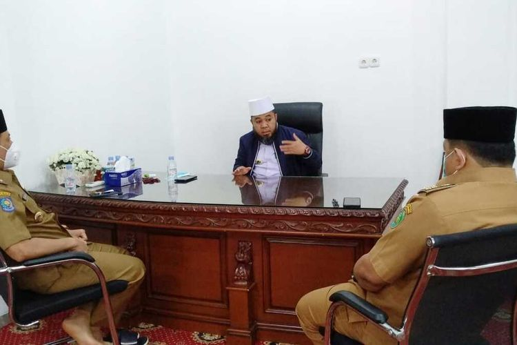 Wali Kota Bengkulu, Helmi Hasan berkantor di masjid