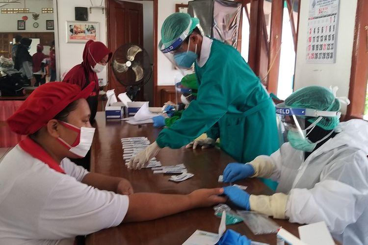 RAPID TEST-Sebanyak 100 karyawan PT Digjaya Mulia Abadi (mitra PT HM Sampoerna) Madiun menjalani rapid test menyusul makin banyaknya pegawai PT HM Sampoerna di Surabaya yang dinyatakan positif Covid-19.