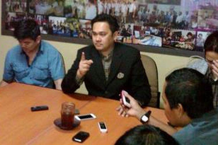 Farhat Abbas saat mendatangi Balai Wartawan Polda Metro Jaya untuk mengklarifikasi pernyataannya di situs jejaring sosial Twitter, Kamis (10/1/2013).