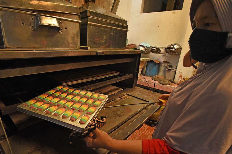 Ibu rumah tangga memanggang kue kering pesanan konsumen di rumahnya di Kampung Benggala, Serang, Banten, Senin (4/5/2020). Menurutnya, jumlah pesanan kue kering Lebaran tahun ini menurun sekitar 50 persen dibanding tahun lalu akibat pandemi Covid-19.
