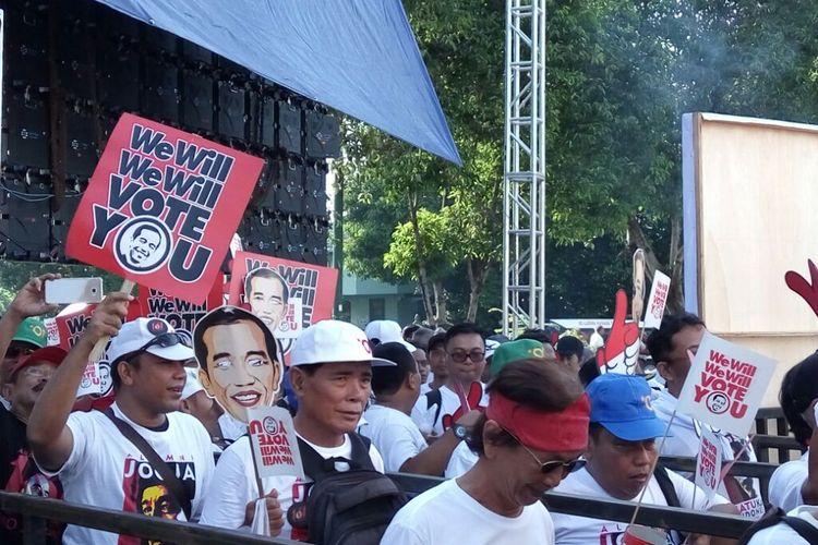 Peserta deklarasi ?Alumni Jogja SATUkan Indonesia? saat antri masuk ke dalam Stadion Kridosono, Kota Yogyakarta