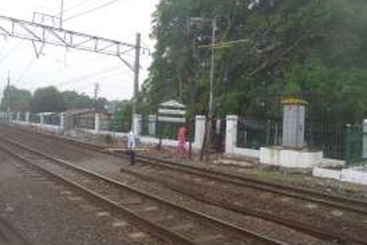 Akses untuk menyeberang rel yang ada di sisi selatan Stasiun Lenteng Agung. Keberadaannya membuat warga sekitar bisa menyeberang rel tanpa harus masuk ke dalam stasiun.
