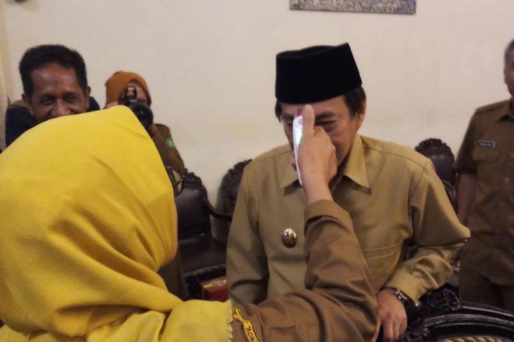 Wakil Bupati Sidoarjo Nur Ahmad Syaifuddin sedang diperiksa suhu tubuhnya