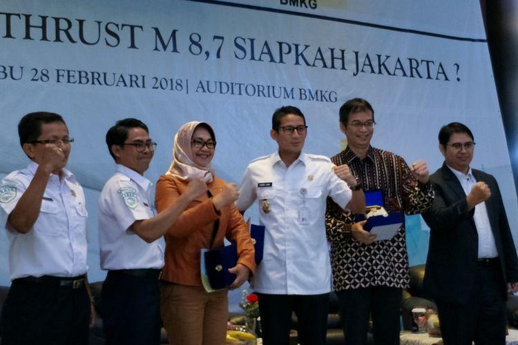 Wakil Gubernur DKI Jakarta Sandiaga Uno (tengah) seusai diskusi Gempa Bumi Megathrust Magnitudo 8,7, Siapkan Jakarta? di Auditorium BMKG, Jakarta Pusat, Rabu (28/2/2018).