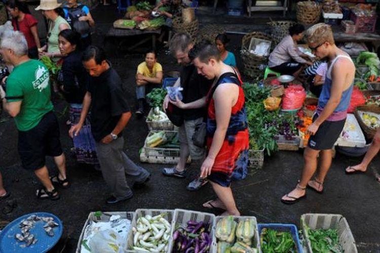 Wisatawan saat mengunjungi pasar tradisional di Pasar Ubud, Gianyar, Bali beberapa waktu lalu.