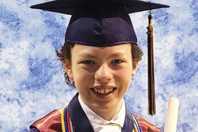 Mike Wimmer (12) siswa yang lulus SMA dan kuliah hanya dalam setahun dan bakal diwisuda di pekan yang sama.