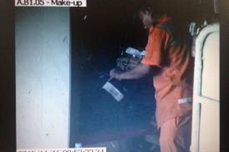 (Dokumentasi CCTV PT Angkasa Pura II) Rekaman CCTV milik PT Angkasa Pura II menampilkan oknum porter membuka koper penumpang dan mengambil barang berharga di area bagasi maskapai Lion Air, Terminal 1 Bandara Soekarno-Hatta, Tangerang, bulan November 2015 lalu.