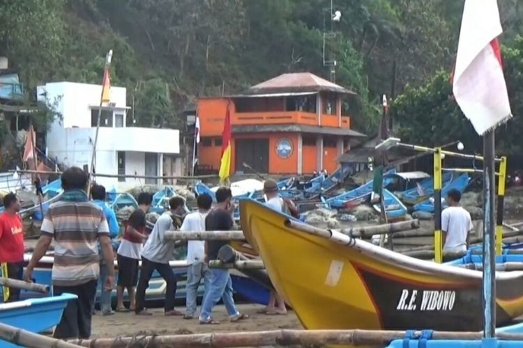 Nelayan Pantai Baron Mengevakuasi Perahunya Karena diperkirakan Siang Nanti Terjadi Gelombang Tinggi
