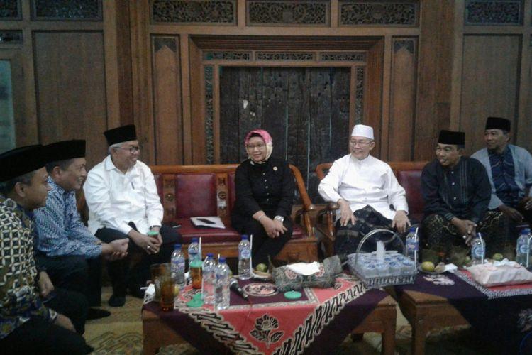 Menlu, Retno Marsudi audiensi bersama pengasuh Ponpes Al Muayyad, KH Abdul Rozaq Shofawi dan pengurus lain di Ponpes Al Muayyad di Solo, Jawa Tengah, Jumat (12/1/2018) petang.