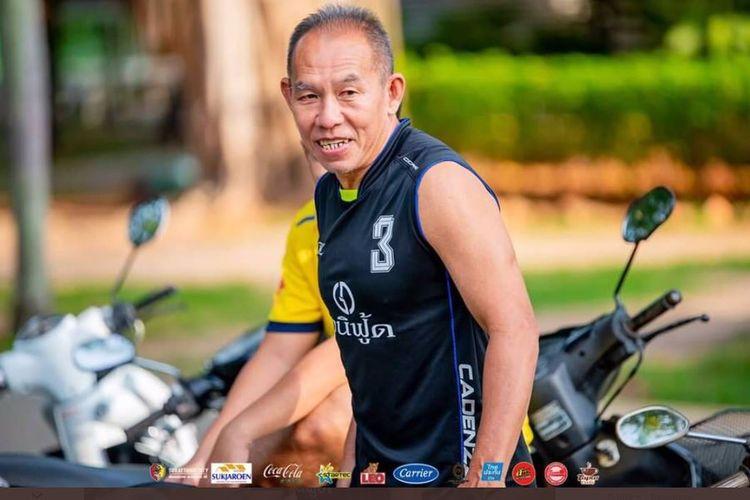 Eks gelandang timnas Thailand, Apichart Taweechalermdit, saat mengikuti tes fisik di klub kasta ketiga Thai League, Surat Thani City FC. Foto: Bidik layar Twitter @thaileague