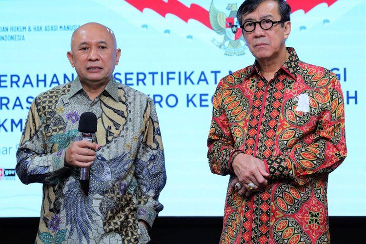 Menteri Koperasi dan UKM (Menkop UKM) Teten Masduki bersama dengan Menteri Hukum dan HAM, Yasonna H. Laoly di Jakarta, Jumat (17/7/2020).